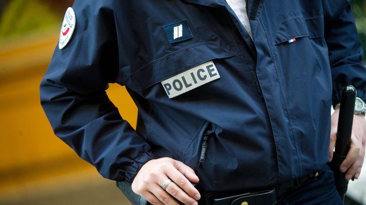 Un officier de police le 1er mai 2012. (BERTRAND LANGLOIS / AFP)
