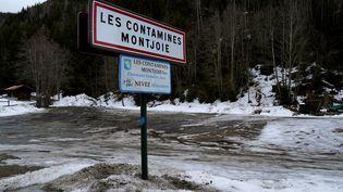 Un panneau à l'entrée de la communeLes Contamines-Montjoie (Haute-Savoie), le 10 février 2020. (ALEX MARTIN / AFP)