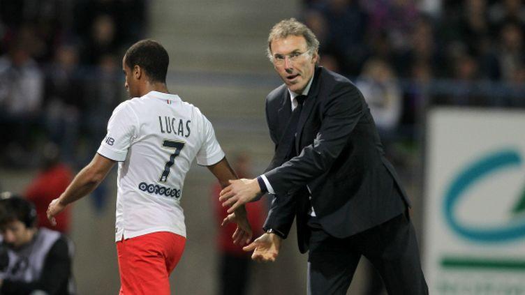 Lucas Moura avec Laurent Blanc (à droite), l'entraîneur du PSG.