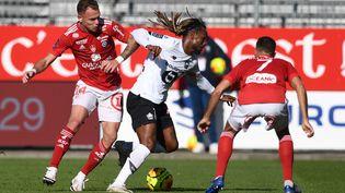 Le Lillois Renato Sanches (au centre), marqué par les joueurs de Brest, dimanche 8 novembre 2020 au stade Francis Le Blé, à Brest (Finistère). (FRED TANNEAU / AFP)