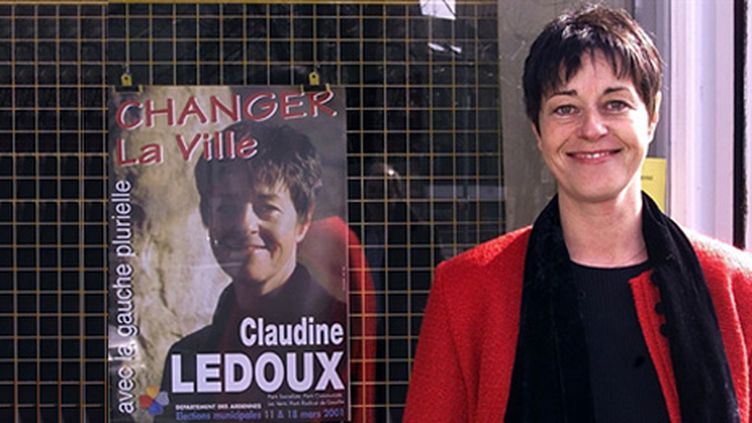 Claudine Ledoux, maire PS de Charleville-Mézières devant sa permanence en 2001. (AFP - PHOTO ALAIN JULIEN.)