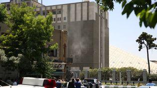 De la fumée se dégage du Parlement d'Iran, mercredi 7 juin 2017 à Téhéran, pendant l'attaque revendiquée par la suite par le groupe Etat islamique. (REUTERS)