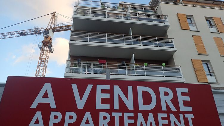 """Pancarte """"A VENDRE"""" devant un immeuble à Ermont (Val-d'Oise). (OLIVIER BOITET / MAXPPP)"""