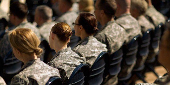 ARLINGTON (Etats-Unis) 31 mars 2015. Soldats, officiers et civils attendent le début d'une cérémonie d'inauguration du mois de «la prise de conscience et la prévention des agressions sexuelles dans l'armée américaine». (Chip Somodevilla/Getty Images/AFP)