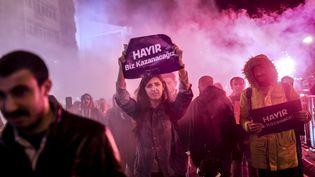 """Des partisans du """"non"""" au référendum manifestent à Istanbul, le 17 avril 2017. (BULENT KILIC / AFP)"""