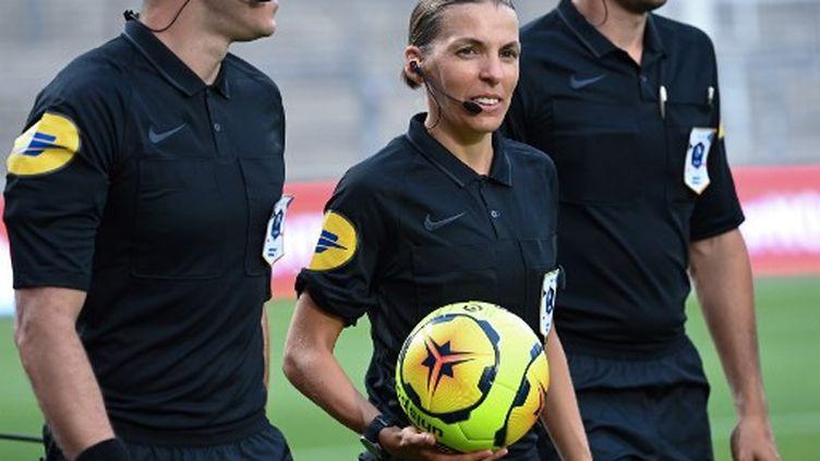 Stéphanie Frappart, le 9août 2020, lors du match amical Nîmes Olympique - Olympique de Marseille, à Nîmes. (PASCAL GUYOT / AFP)