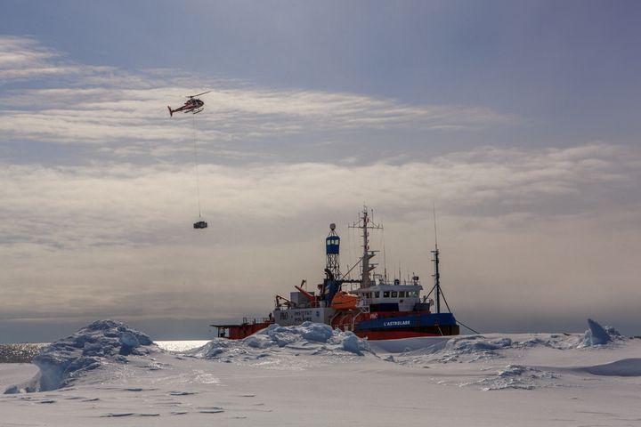 L'Astrolabe en route vers la base Dumont-d'Urville, en janvier 2014, avant la saison d'hivernage. (EDUARDO DA FORNO / INSTITUT POLAIRE FRANCAIS IPEV)