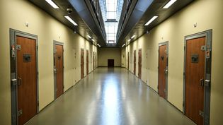 Un couloir de la prison de la Santé, à Paris, le 12 avril 2019. (STEPHANE DE SAKUTIN / AFP)