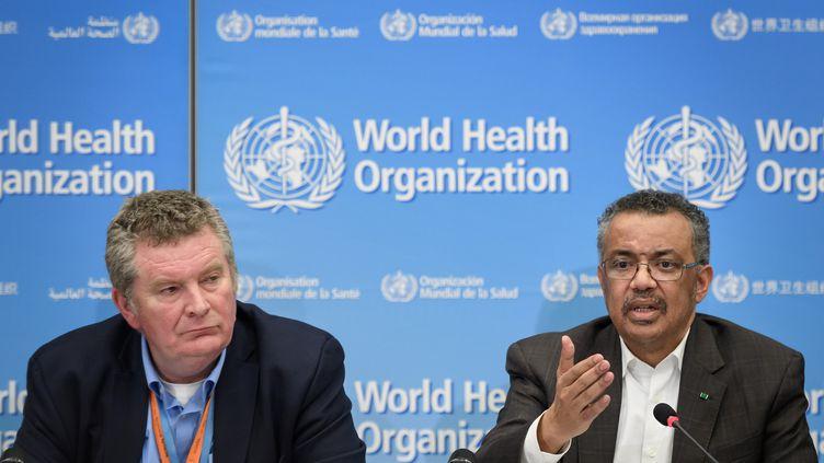 Le directeur général de l'OMS, Tedros Adhanom Ghebreyesus (à droite) et le chef du programme des urgences sanitaires de l'OMS Michael Ryan (à gauche), s'expriment lors d'une conférence de presse, le 30 janvier 2020 à Genève, en Suisse.  (FABRICE COFFRINI / AFP)