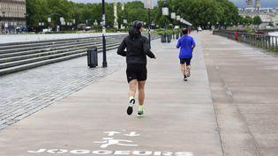 Des joggers à Bordeaux (Gironde). Photo d'illustration. (NICOLAS TUCAT / AFP)