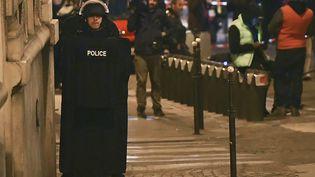Un policier près des Champs-Élysées, le 20 avril 2017 à Paris. (FRANCK FIFE / AFP)