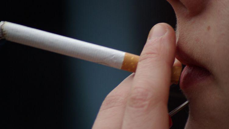 Fumeuse de cigarette (photo d'illustration). (NATHANAEL CHARBONNIER / RADIO FRANCE)