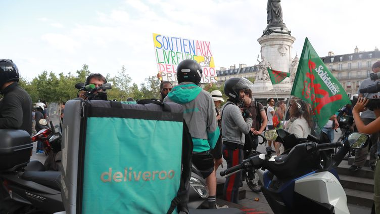 Le rassemblement des livreurs Deliveroo, place de la République à Paris, le 10 août 2019. (JACQUES DEMARTHON / AFP)