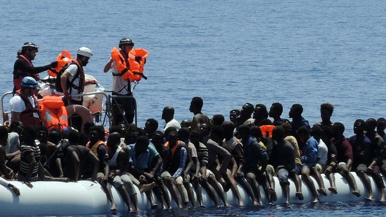 Des migrants attendent les sauveteurs en mer Méditerranée, le 27 juin 2017. (LENA KLIMKEIT / AFP)