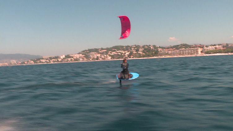 Un kitesurfer lors d'une formation a destination des secouristes à Cannes. (France 3 Côte d'Azur)