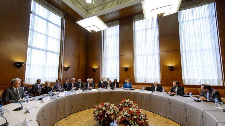 Les représentants occidentaux et iraniens autour de la table des négociations à Genève (Suisse), le 15 octobre 2013. (FABRICE COFFRINI / AFP)