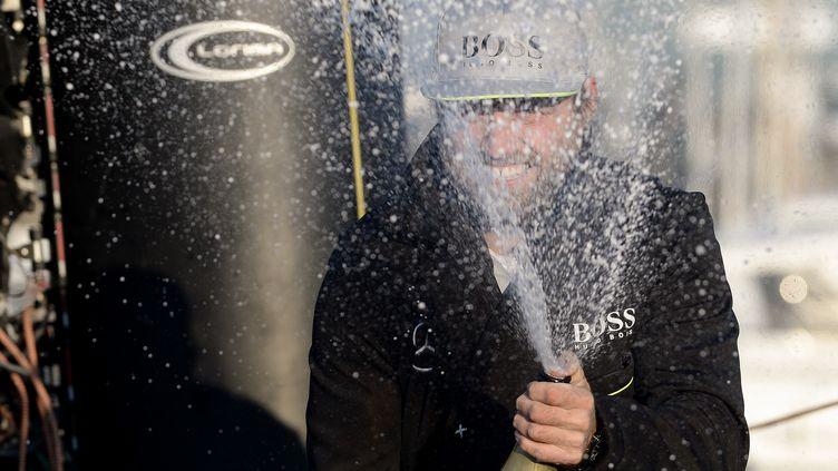 Le skipper Alex Thomson, deuxième du Vendée Globe, fête son arrivée auxSables-d'Olonne, le 20 janvier 2017. (JEAN-SEBASTIEN EVRARD / AFP)