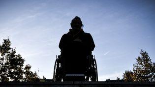 Une personne en fauteuil roulant (illustration). (PHILIPPE LOPEZ / AFP)