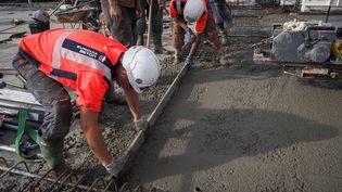Des ouvriers travaillent sur un chantier de l'autoroute A85 à Langeais (Indre-et-Loire). Photo d'illustration. (GUILLAUME SOUVANT / AFP)
