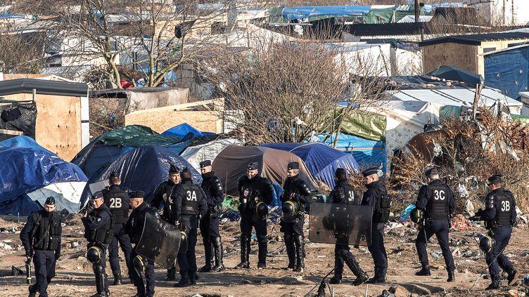 """Des CRS dans """"la jungle"""" de Calais (Pas-de-Calais), mercredi 20 janvier 2016. (PHILIPPE HUGUEN / AFP)"""