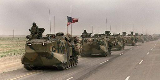 Convoi de chars américains à l'issue de la première guerre du Golfe, se rendant du Koweit à Dhahran (Arabie saoudite) le 5 mars 1991. (AFP - Mike Nelson)