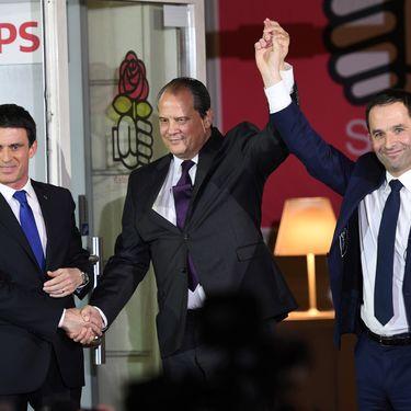 Manuel Valls, Jean-Christophe Cambadélis et Benoît Hamon, après le second tour de la primaire de la gauche, le 29 janvier 2017, devant le siège du PS, à Paris. (ERIC FEFERBERG / AFP)