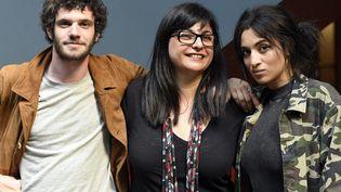 """Sou Abadi, réalisatrice de """"Cherchez la femme"""", entourée des comédiens Félix Moati et Camélia Jordana.  (MAXPPP)"""