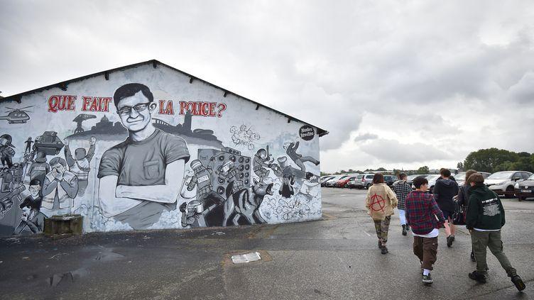 Les amis de Steve Maia Caniço s'en vont après s'être rassemblés le 30 juillet 2019 à Nantes à côté d'une murale représentant un portrait du jeune homme retrouvé mort lundi 29 juillet 2019. (LOIC VENANCE / AFP)