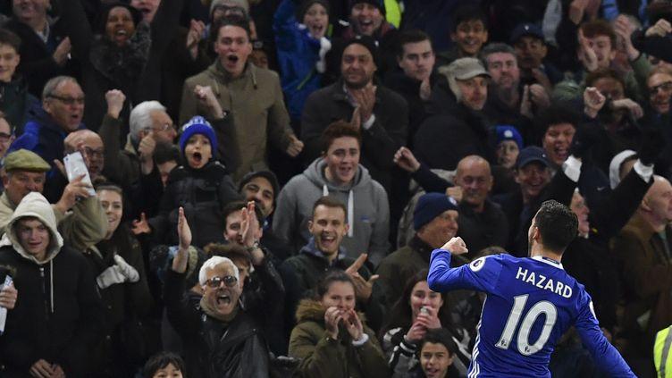 Eden Hazard et les fans de Chelsea (BEN STANSALL / AFP)