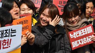 Des militantes féministes à Séoul (Corée du Sud) devant la Cour constitutionnelle, le 11 avril 2019. (JUNG YEON-JE / AFP)
