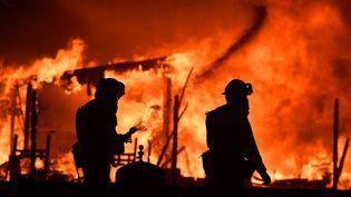 Des pompiers se battent contre les incendies dansla région de Napa en Californie(Etats-unis), le 9 octobre 2017 (JOSH EDELSON / AFP)