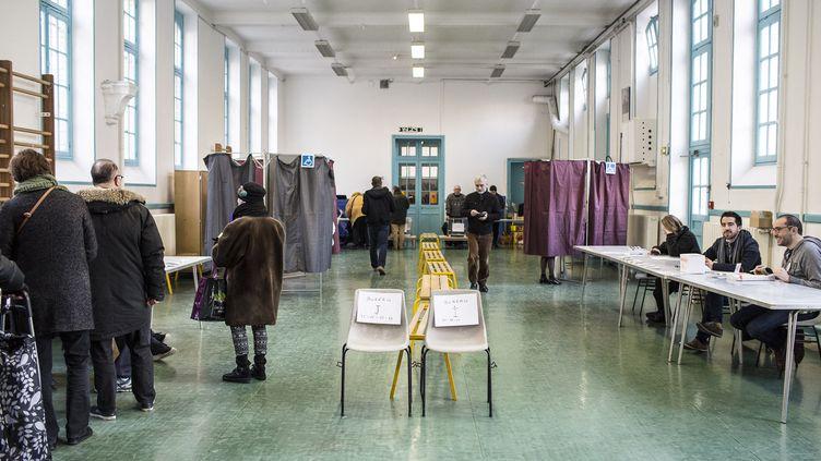 Des Parisiens font la queue dans un bureau de vote du 12e arrondissement, le 22 janvier 2016, dans le cadre des primaires de la gauche. (YANN CASTANIER / HANS LUCAS / AFP)