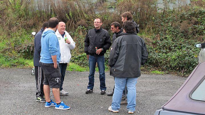 D'anciens salariés des abattoirs Gad, sur le parking de l'usine, à Lampaul-Guimiliau (Finistère), le 12 novembre 2013. (SALOME LEGRAND / FRANCETV INFO)