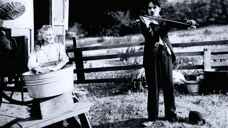 Chaplin avec Edna Purviance dans Charlot musicien, 1916. (Roy Export Co Ltd)