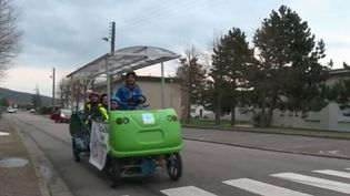 Au sud de Rouen, à Louviers (Eure), des élèves du primaire peuvent aller à l'école et en revenir en pédalant, sans polluer, grâce à un bus scolaire d'un nouveau genre : le cyclo-bus.  (France 2)