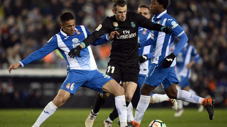 Gareth Bale pris entre deux joueurs de l'Espanyol (JOSEP LAGO / AFP)