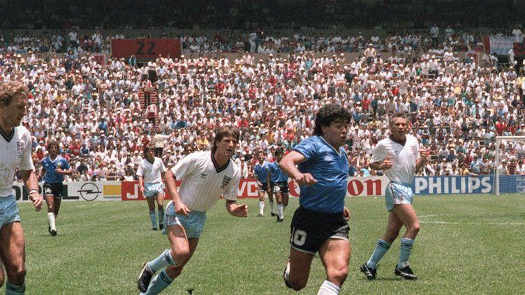 """22 juin 1986, Maradona file vers le but anglais pour son """"but du siècle"""", à la Coupe du monde de footballau Mexique. (STAFF / AFP)"""