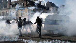 Des affrontements entre forains et forces de l'ordre, au Mans (Sarthe), lundi 25 mars 2019. (JEAN-FRANCOIS MONIER / AFP)