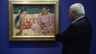 """Un homme devant """"Femmes de Tahiti"""" ou """"Sur la plage"""" à la Fondation Mapfre à Barcelone (Espagne), le 9 octobre 2015. (JOSEP LAGO / AFP)"""