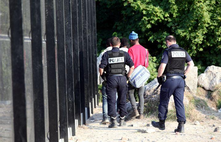 Des policiers évacuent les migrants après la distribution de repas à Calais (Pas-de-Calais), le 21 juin 2017. (MAXPPP)