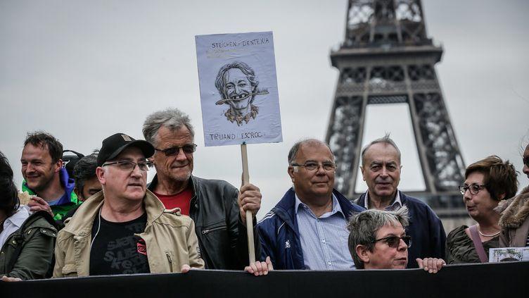 Un rassemblement du Collectif contre Dentexia le 9 mai 2016 à Paris. (THOMAS PADILLA / MAXPPP)