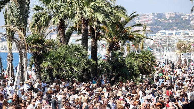 Des milliers de personnes sont réunies sur la promenade des Anglais de Nice (Alpes-Maritimes), lundi 18 juillet 2016, pour rendre hommage aux victimes de l'attentat survenu quatre jours plus tôt. (VALERY HACHE / AFP)
