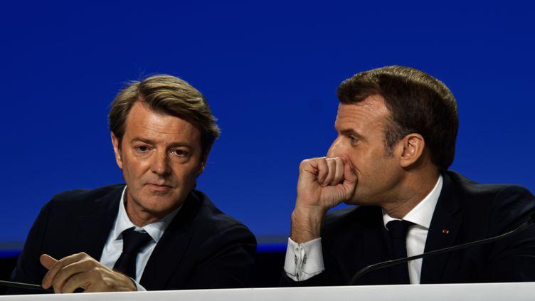 Le président de la République, Emmanuel Macron, avec François Baroin, président de l'Association des maires de France, le 19 septembre, à Paris. (DANIEL PIER / NURPHOTO / AFP)