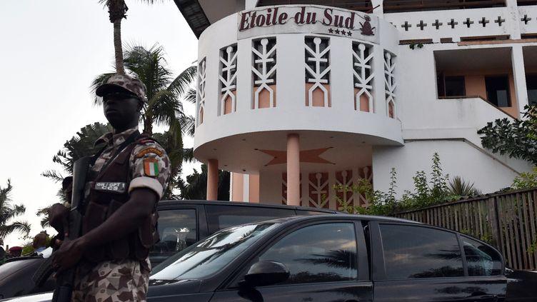 Un soldat ivoirien à Grand-Bassam, le 13 mars 2016. (ISSOUF SANOGO / AFP)