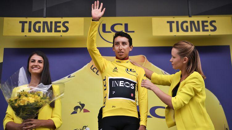 Egan Bernal (Ineos), nouveau maillot jaune du Tour de France (ici sur le podium à Tignes) après une 19e étape arrêtéeà cause d'un orage, vendredi 26 juillet 2019. (MARCO BERTORELLO / AFP)