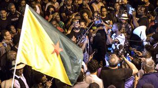 Des manifestants réunis devant la préfecture de Cayenne, en Guyane, le 2 avril 2017. (JODY AMIET / AFP)