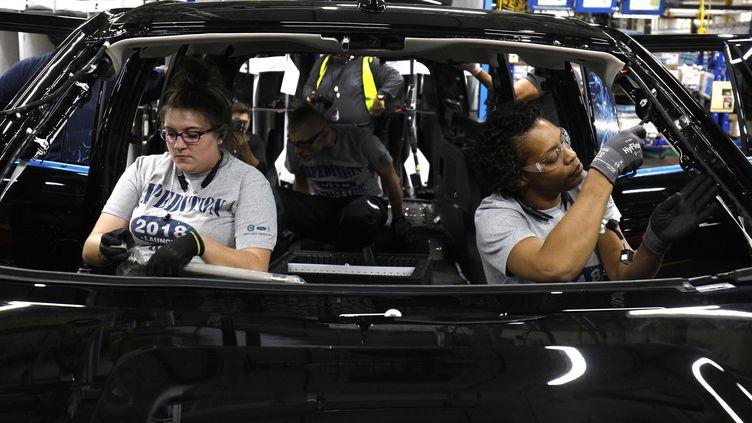 Deux salariées de Ford travaillent sur un modèle de SUV, dans une usine d'assemblage, à Louisville, dans le Kentucky (Etats-Unis), le 27 octobre 2017. (BILL PUGLIANO / GETTY IMAGES NORTH AMERICA / AFP)