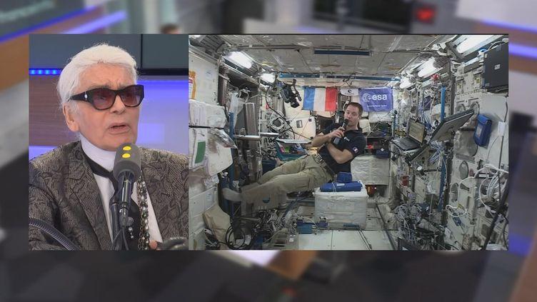 Karl Lagarfeld discute avec l'astronaute Thomas Pesquet, depuis lestudio de franceinfo, en mai 2017. (FRANCEINFO)