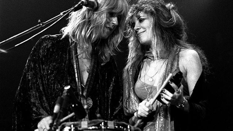 """Christine McVie et Stevie Nicks, les deux voix féminines de Fleetwood Mac, sur scène à Atlanta le 1er juin 1977, l'année dela sortie de """"Dreams"""" (RICK DIAMOND / ARCHIVE PHOTOS / GETTY IMAGES)"""