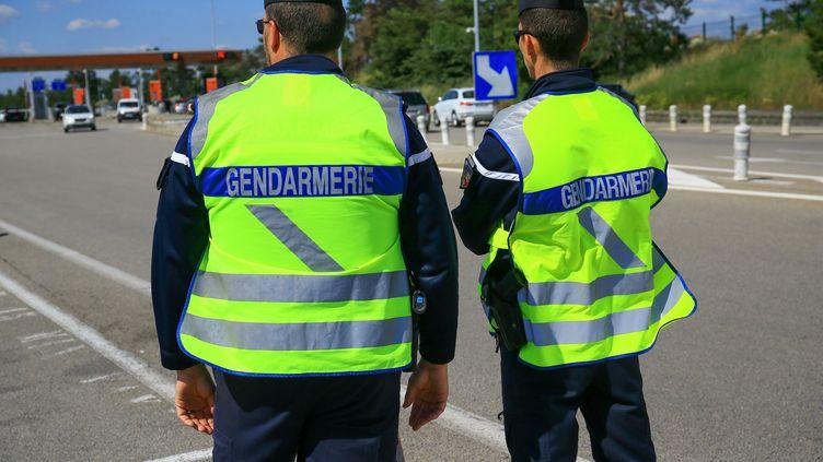 Des gendarmes à la barrière de péage de l'autoroute A7, à Valence (Drôme), le 29 mai 2019. (NICOLAS GUYONNET / HANS LUCAS / AFP)
